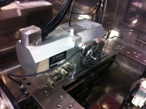 追加ワイヤーカット放電加工機の回転軸